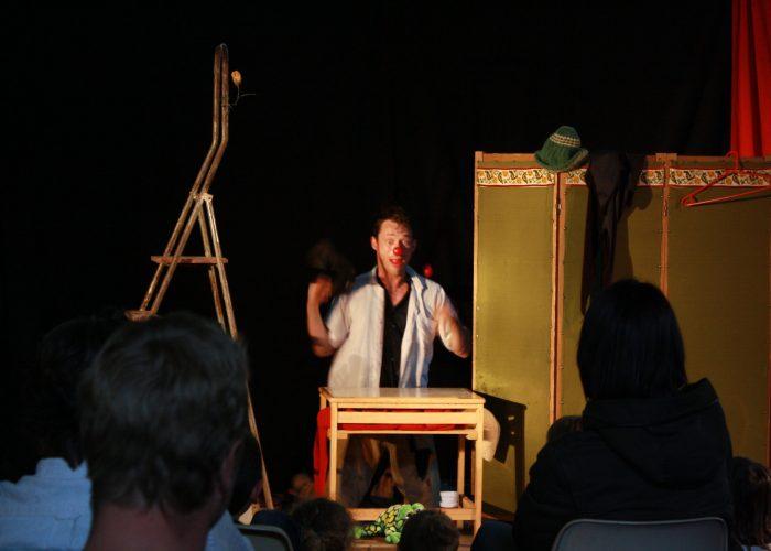 clown jonglant sur scène