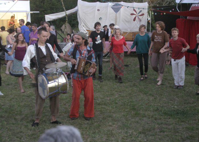 les free sonneurs en musique devant un public